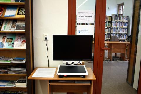 Stolová čítacia lupa v rámci projektu Čítanie bez bariér